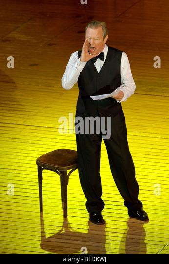 Michael York als Rezitator im Melodram Enoch Arden, Strings von Herbst International Music Festival Stockbild