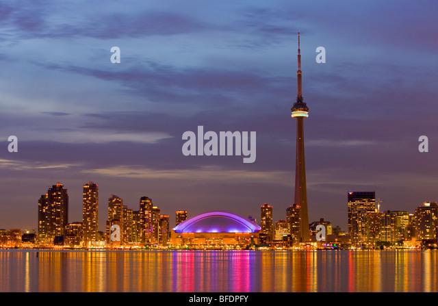 Skyline von Toronto mit dem CN Tower und das Rogers Centre in der Abenddämmerung, Toronto, Ontario, Kanada Stockbild