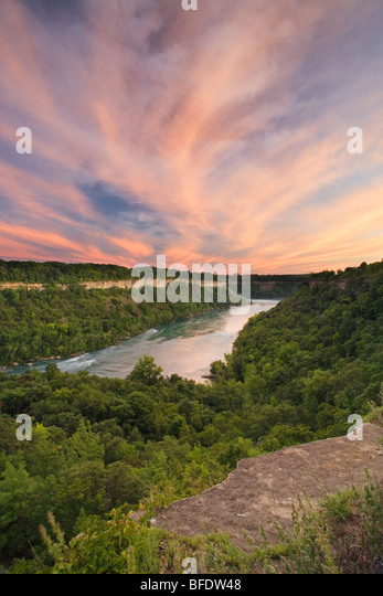Der Niagara River aus der Sicht über den Niagara Glen Nature Reserve, Niagara Falls, Ontario, Kanada Stockbild