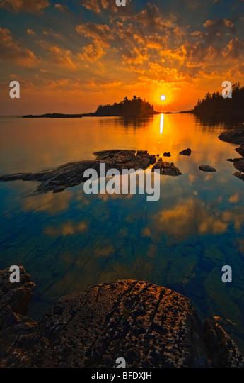 Sonnenaufgang am verbrannten Punkt, Fathom Five National Marine Park, Ontario, Kanada Stockbild