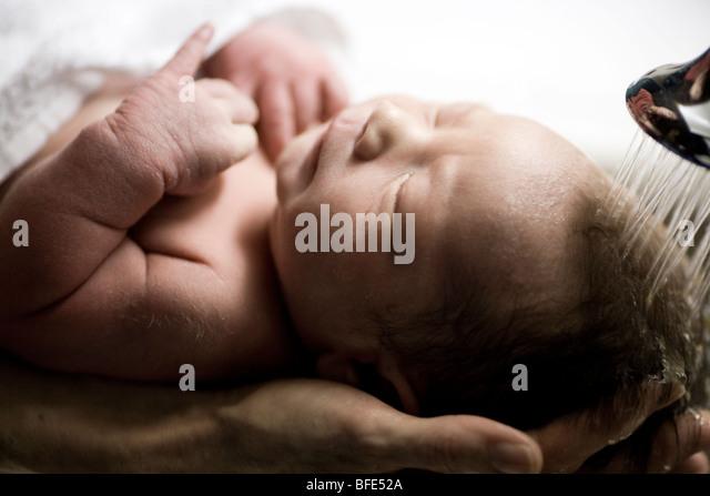 3 Tage altes Baby junge gewaschen zum ersten Mal in der Wanne am Klinikum Chateauguay, Quebec, Kanada Stockbild
