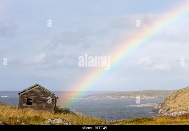 Regenbogen über verlassene Gebäude am umgesiedelten Outport, Great Caribou Island, Labrador, Kanada Stockbild