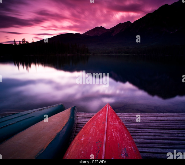 Kanus am Dock am Pyramid Lake, Jasper Nationalpark, Alberta, Kanada Stockbild