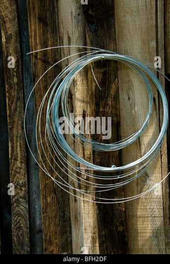 Gewickelten Draht hängen, verwitterte Scheune Wand, North Carolina, USA Stockbild
