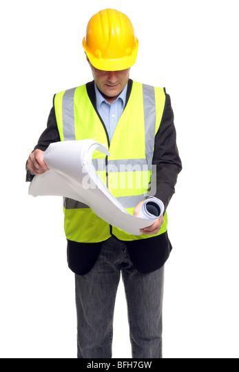 Bauunternehmer, Schutzkleidung zu tragen, wie er einige Blaupausen, isoliert auf einem weißen Hintergrund entfaltet. Stockbild