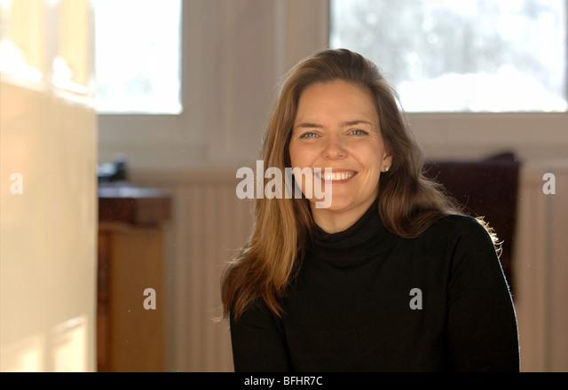 Eine attraktive Frau in ihr 30 das Lächeln auf den Lippen Stockbild