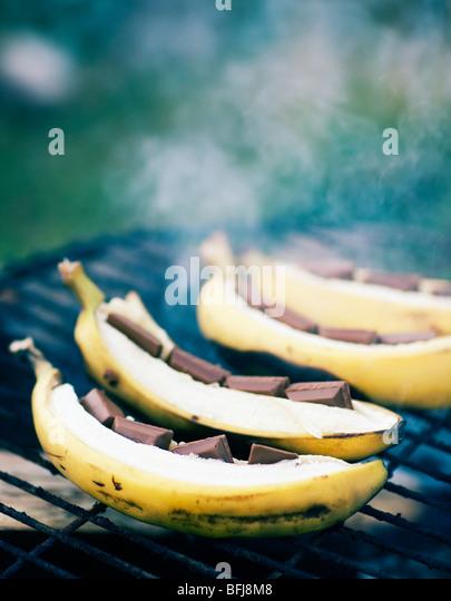 Bananen mit Schokolade auf einem Grill, Schweden. Stockbild