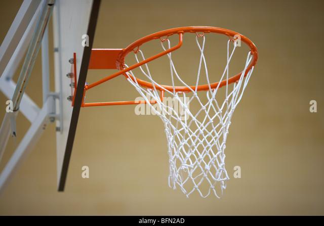 Basketballkorb und Rahmen in einer Turnhalle Sport Hall niedrigen Winkel selektiven Fokus Stockbild
