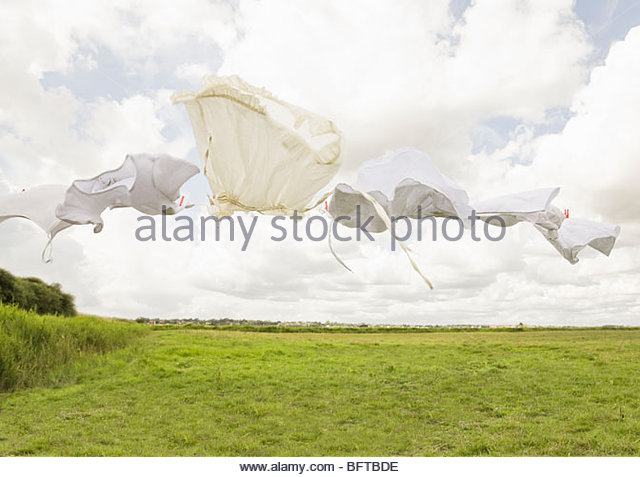 Kleidung auf eine Wäscheleine Stockbild
