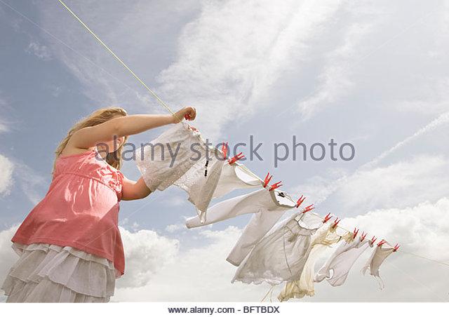 Mädchen Kleidung anziehen eine Wäscheleine Stockbild