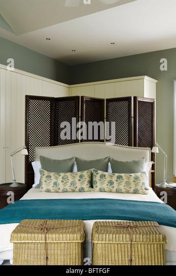 Zeitgenössische Schlafzimmer mit Doppelbett, putzt Bildschirm und Lagereinheiten Stockbild