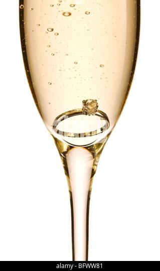 Verlobungsring in Glas Champagner Stockbild