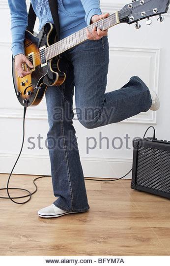 Detail der Frau spielt e-Gitarre zu Hause Stockbild