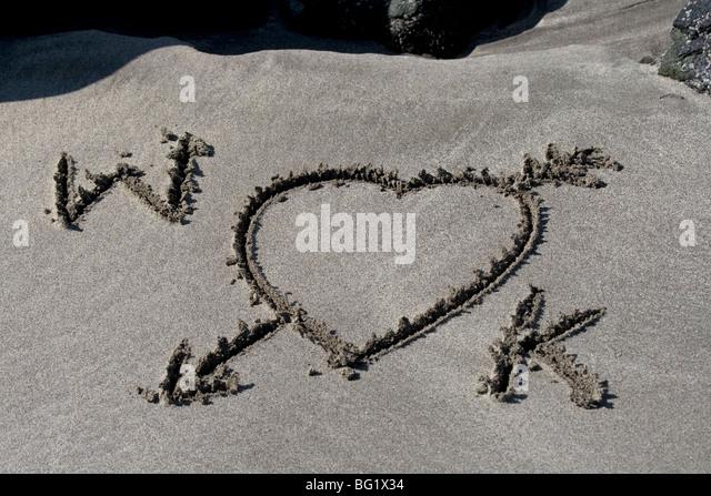 W und K, Prinz William und Kate Middleton. Wills und Kate. Eine Königliche Romanze. Liebesbriefe in den Sand. Stockbild