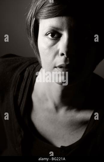 Low Key Porträtaufnahme eine 30er Jahre weiblich Stockbild