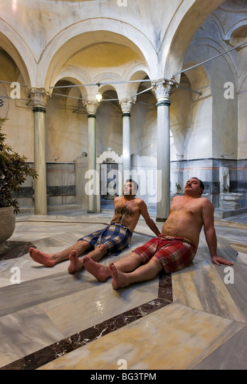 Innenansicht des 300 Jahre alten Cagaloglu Hamam, türkisches Bad, mit der Mitte Marmor Plattform (Gobek Tasi), Stockbild