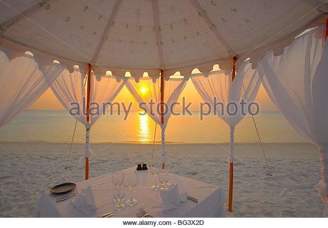 Abendessen am Strand, Malediven, Indischer Ozean, Asien Stockbild