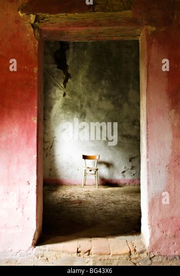 Stuhl in einem verlassenen Bauernhof in der Nähe von San Quirico d ' Orcia, Valle de Orcia, Toskana, Italien Stockbild