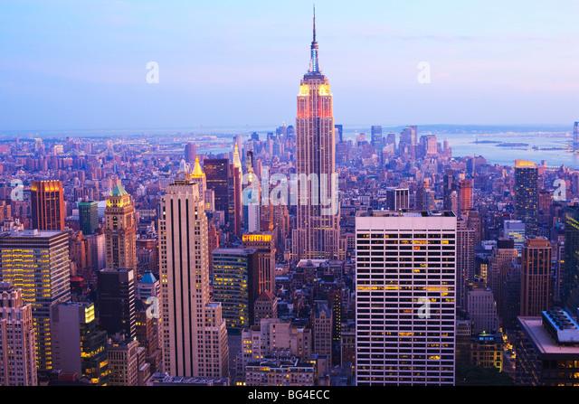 Empire State Building und Manhattan Stadtbild bei Dämmerung, New York City, New York, Vereinigte Staaten von Stockbild