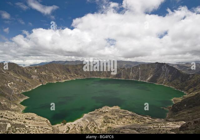 Laguna Quilatoa, Vulkankrater mit 250m tiefen grünen See von alkalischem Wasser, Provinz Cotopaxi, Hochland, Stockbild