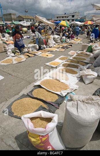 Heftklammern wie Reis und Hülsenfrüchte zum Verkauf auf Markt in Saquisili, nördlich von Latacunga, Stockbild