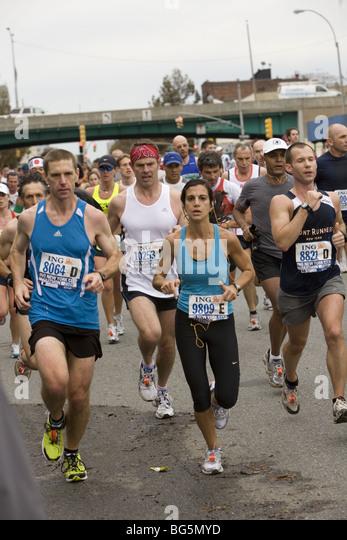 2009 New York City Marathon: Läufer machen ihren Weg nach unten 4th Ave in Brooklyn während der ersten Stockbild