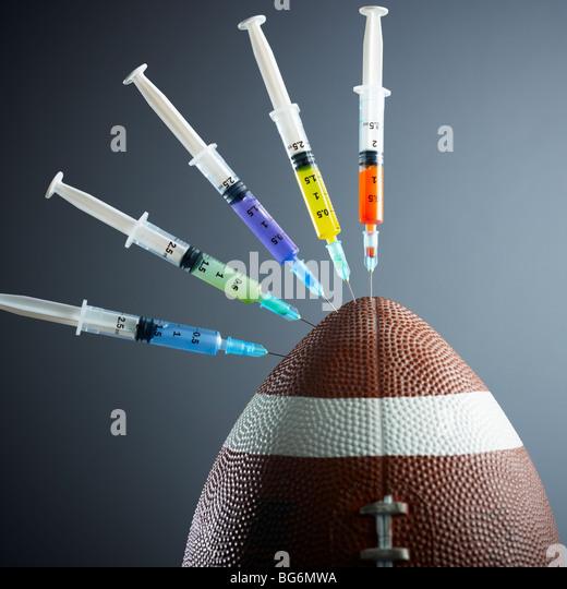 fünf Spritzen im amerikanischen Fußball-Ball mit Gewinde. - Stock-Bilder