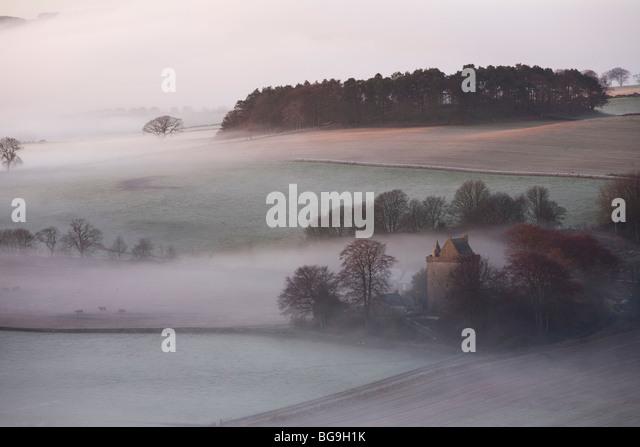 Nebel und Bäume aus den Hügel Tarvit, Ceres, Fife, Schottland Stockbild