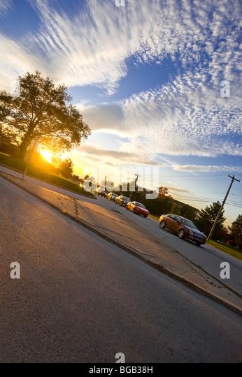Autos & Suburban Straßenverkehr mit wunderschönen Sonnenuntergang im Abend Berufsverkehr, Philadelphia, Stockbild
