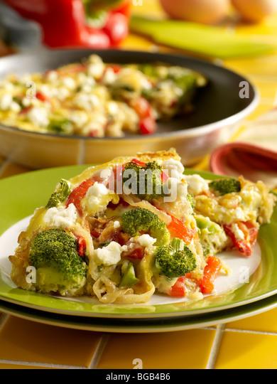 Karamellisierten Zwiebeln, Paprika und Broccoli frittata Stockbild
