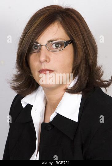 Ernsthafte Porträt der 30er Jahre Frau mit braunen Haaren und Augen Brille - SerieCVS417444 Stockbild