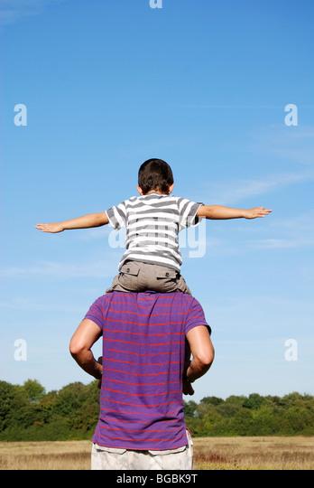 Mann und Kind spielen Stockbild