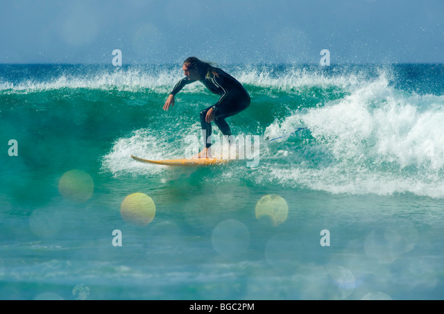 Surfer, die Spaß auf einer Welle Stockbild