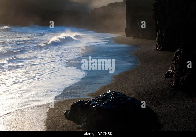 Schwarzen Strand und Wellen, nr Vik, Island Stockbild