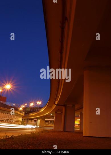 Weitwinkeleinstellung des modernen Straßenüberführung in der Dämmerung - Stock-Bilder