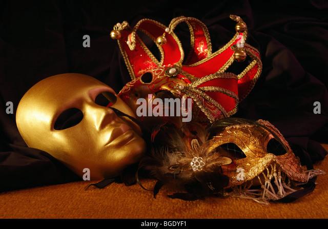 venezianische Masken auf ein Textil Stockbild