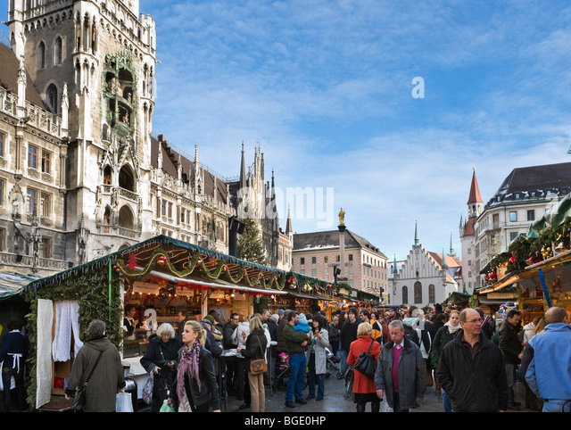 Weihnachtsmarkt in Marienplatz mit dem neuen Rathaus auf der linken Seite und das alte Rathaus hinter, München, Stockbild