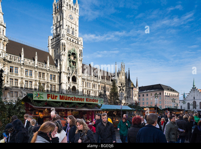 Weihnachtsmarkt in Marienplatz mit dem neuen Rathaus hinter, München, Deutschland Stockbild