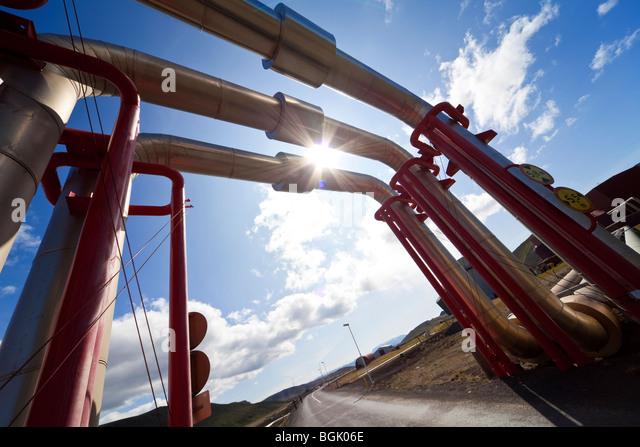 Industrierohre und Pipeline abgezweigt und über eine Straße zum Datenverkehr unter ermöglichen. In Stockbild