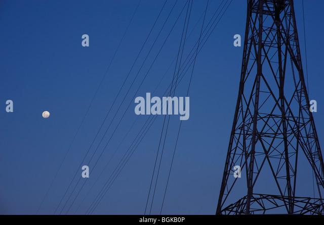 Strommasten und Vollmond Stockbild