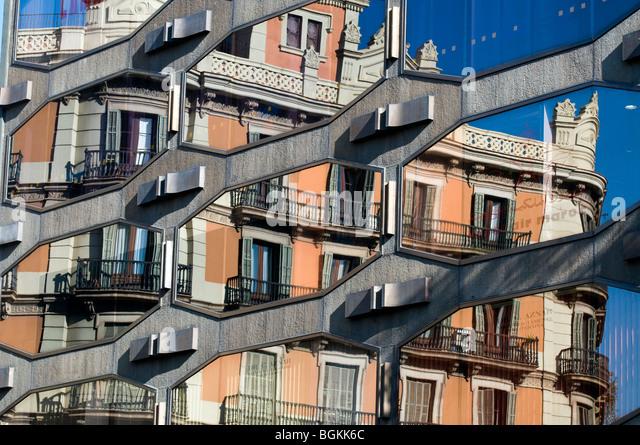 Neu- und Altbauten Reflexion in Plaça de Urquinaona, Barcelona, Katalonien, Spanien Stockbild