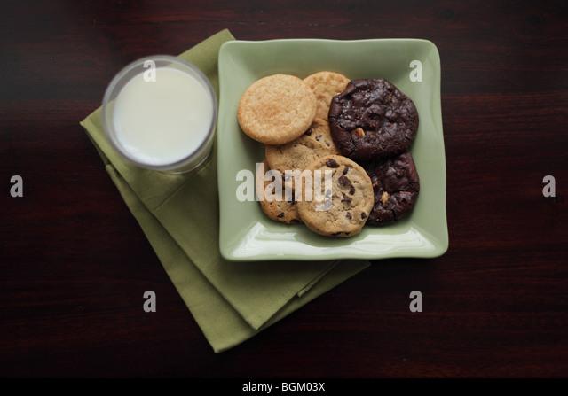 Teller mit Milch und Kekse Stockbild