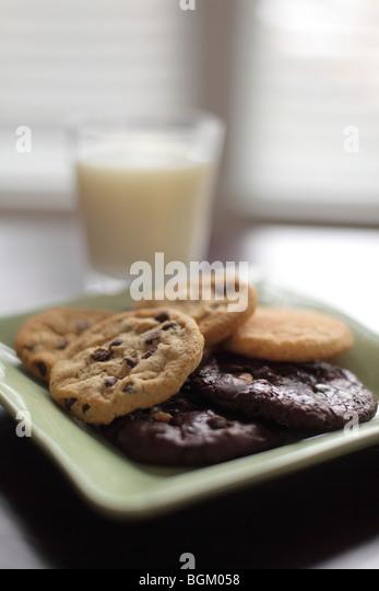 Teller mit Keksen und Milch Stockbild