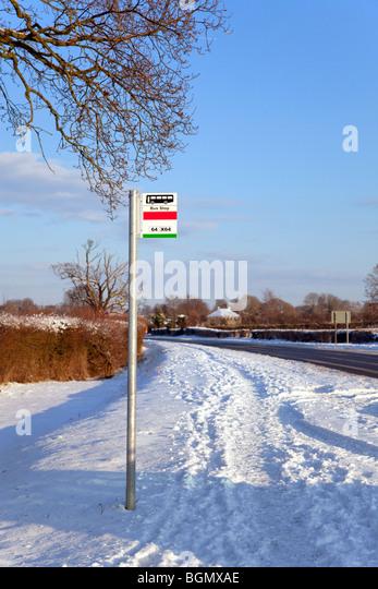 Eine Bushaltestelle nach einem schweren Schneefall Stockbild