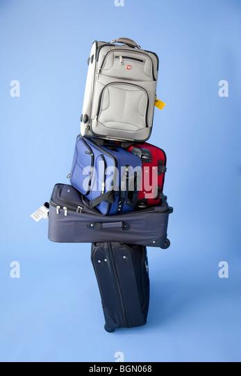 fünf stapeln sich Koffer mit Tags bereit, zu überprüfen. Stockbild
