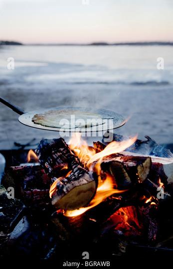 Pfannkuchen gemacht über offenen Feuer Stockbild