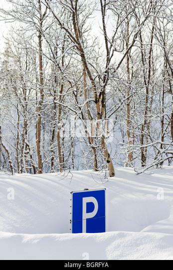 Ein Parkplatz-Schild versteckt im Schnee, Schweden. Stockbild