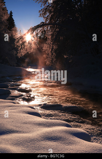 Sonnigen Wintertag mit Schnee Teppich am Ufer des Flusses Hobølelva in Våler Kommune, Østfold Fylke, Stockbild