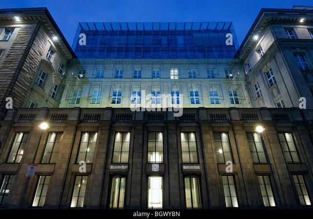 Berlin. Deutschland. Fassade der Deutschen Bank aufbauend auf Charlottenstraße. Stockbild