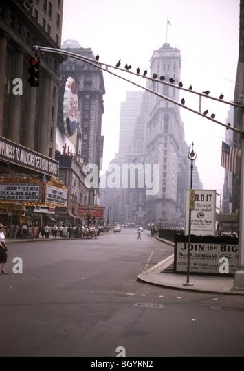 Times Square, wo ein Film von Jerry Lewis spielen und eine Menge aufgereiht im Außenbereich ist eine Ansicht Stockbild